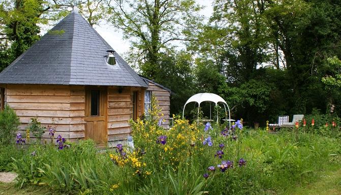 cabane ecologique cadre calme et paysager au coeur d`un jardin chant des oiseaux visite des grenouilles
