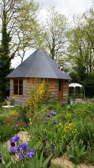photo pavillon au centre d`un merveilleux jardin romantique evoquant amour