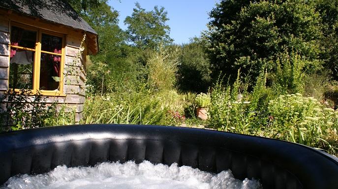 un spa au coeur du jardin pour une detente absolu en vacances